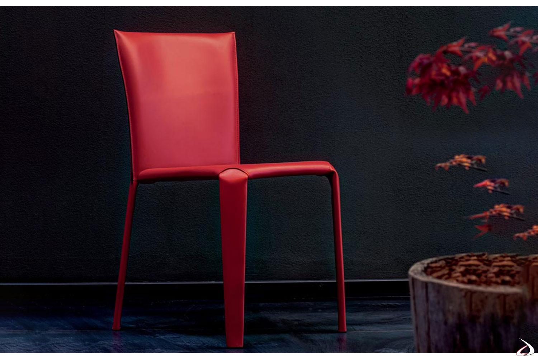 Sedia in cuoio di colore rosso con cuciture in tinta modello Clark