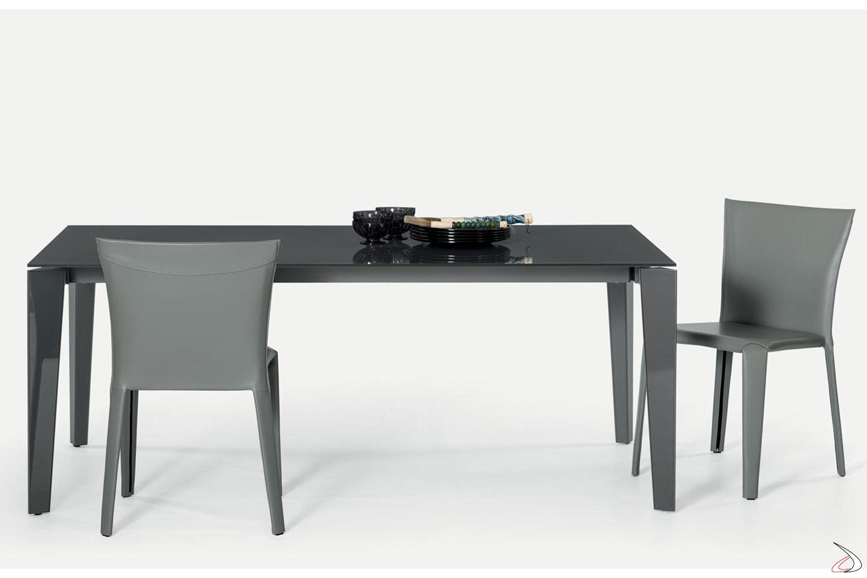 Sedie modello Clark cuoio grigio chiaro e tavolo Dublino con piano vetro