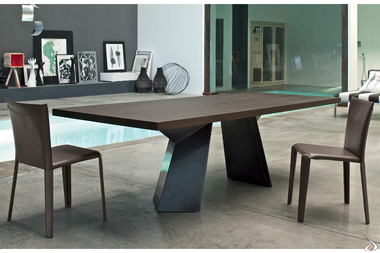 Sedie modello Clark in cuoio color fango e tavolo modello Fiandre di Bontempi