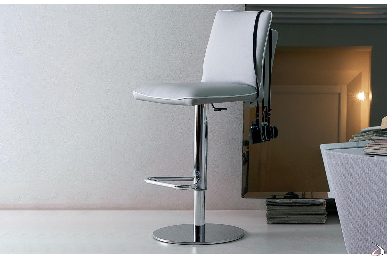 Sgabello modello Nata in eco-pelle grigio chiaro e bordino in contrasto bianco con basamento cromo