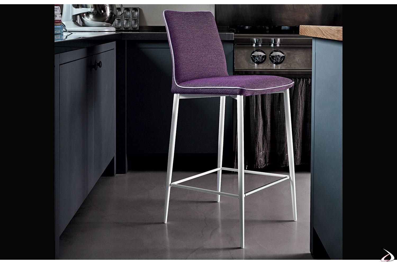 Sgabello con sedile in tessuto mambo viola con bordino grigio chiaro e gambe bianche.