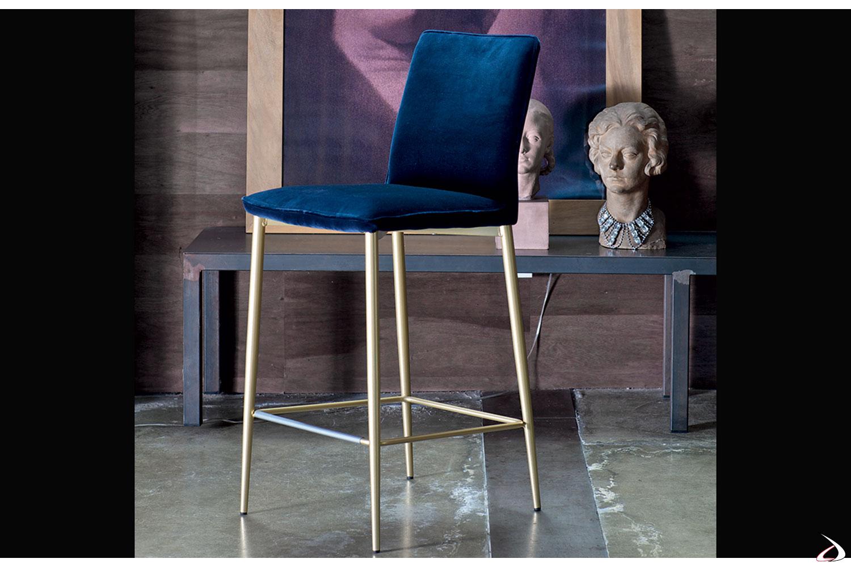Sgabello con gambe  laccate oro e seduta in velluto blu con bordino in tinta modello Nata