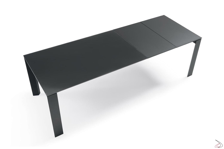 Tavolo allungabile in cristallo con struttura in acciaio e prolunghe in legno
