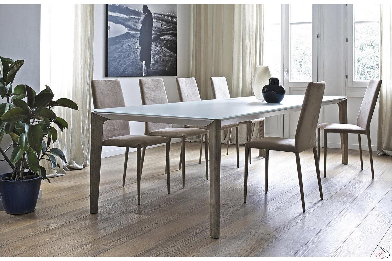 Tavolo moderno allungabile in cristallo bianco con gambe in legno massello