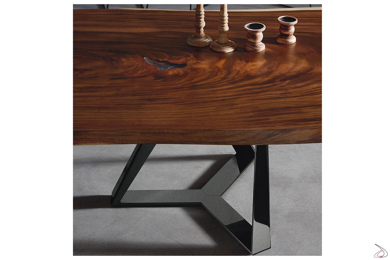 Tavolo in legno in massello con bordo irregolare