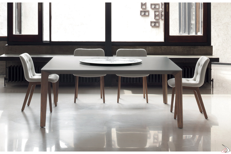 Tavolo quadrato in cristallo antigraffio con gambe in legno massello e vassoio girevole