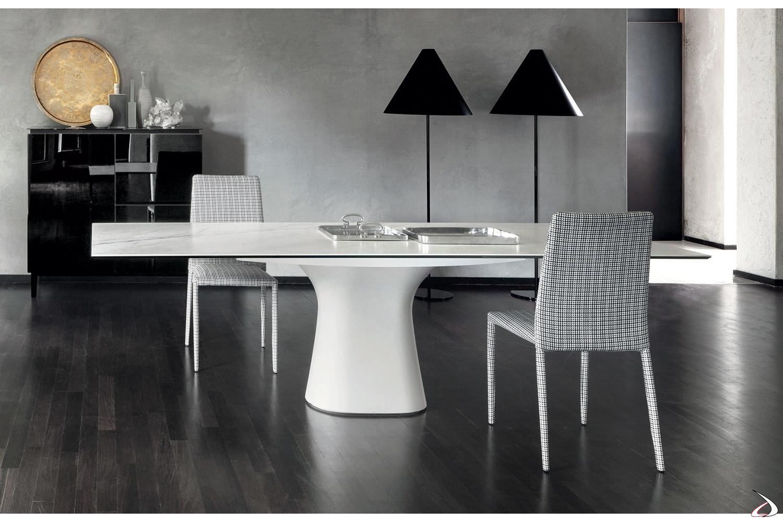 Tavolo design bianco con piano in cristallo e gamba centrale in cemento