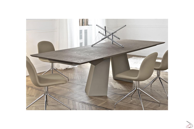 Tavolo design da soggiorno in legno e basamento in acciaio