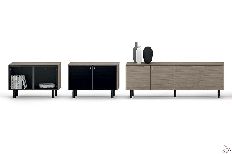 Credenza ufficio di design con ante in vetro o in legno e piedini alti in acciaio