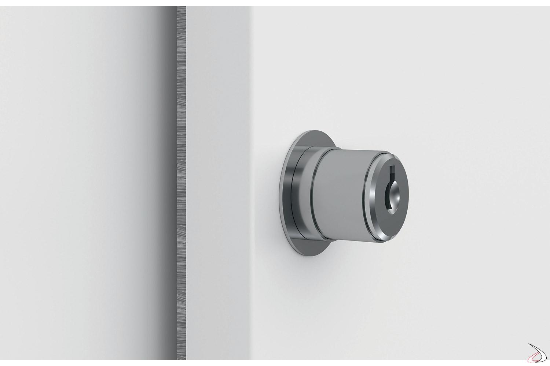 Armadio bianco da ufficio con ante scorrevoli e serratura