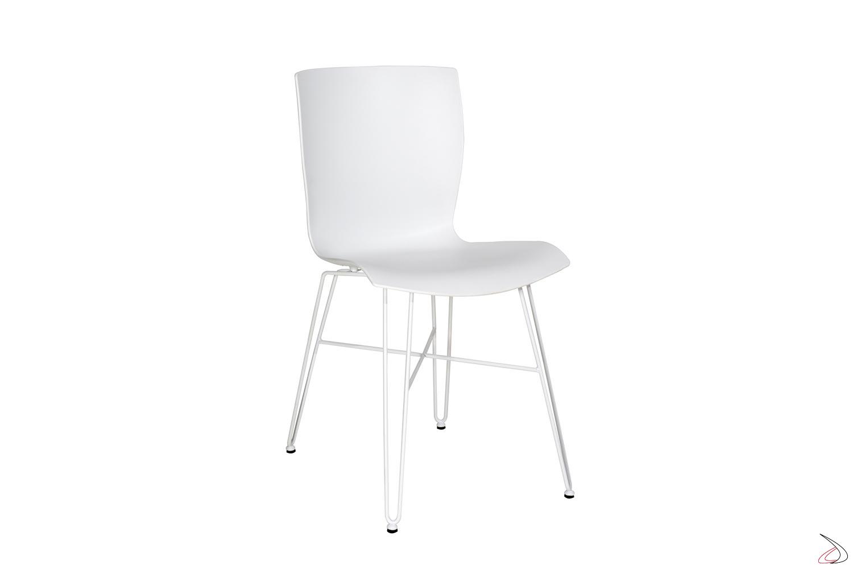 Sedia bianca di design con seduta in polipropilene e gambe in tondino di acciaio