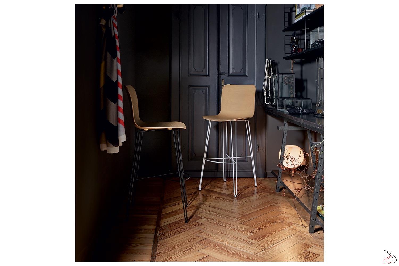 Sgabelli di design con gambe e poggiapiedi in tondino di acciaio e seduta in legno