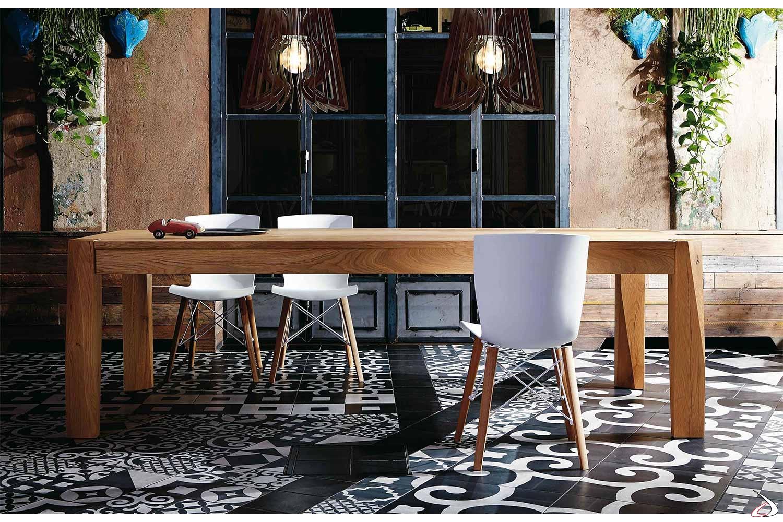 Tavolo soggiorno di design in legno rovere nodato naturale con gambe in massello