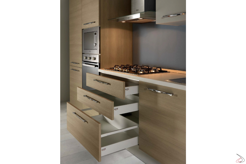 Cucina moderna con cassetti interni bianchi montati guide Blum a chiusura rallentata