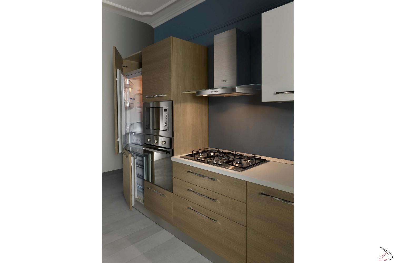 Cucina con colonna forno (forno+microonde) e colonna frigo freezer
