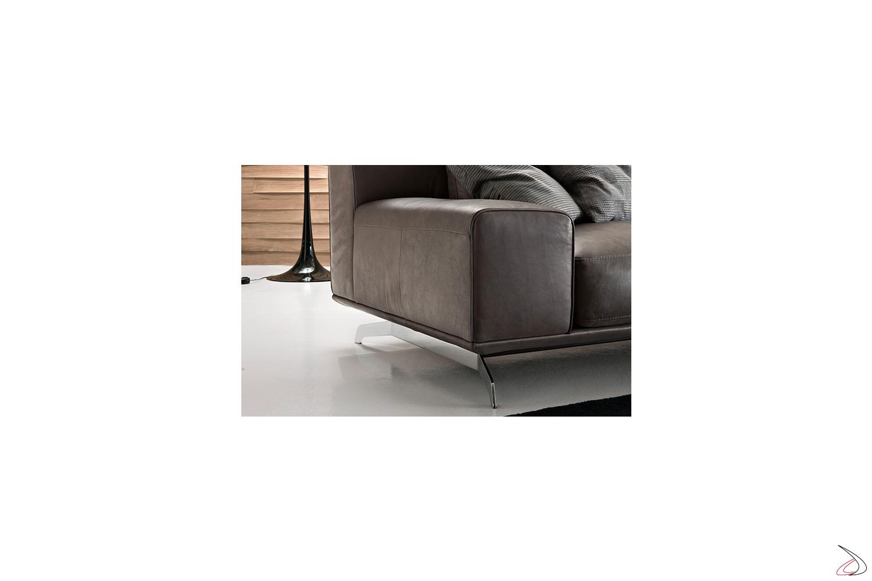 Divano da salotto con piedini moderni in metallo