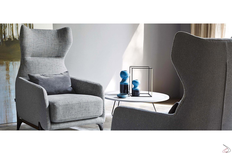Poltrona comoda di design da salotto con poggiatesta e braccioli