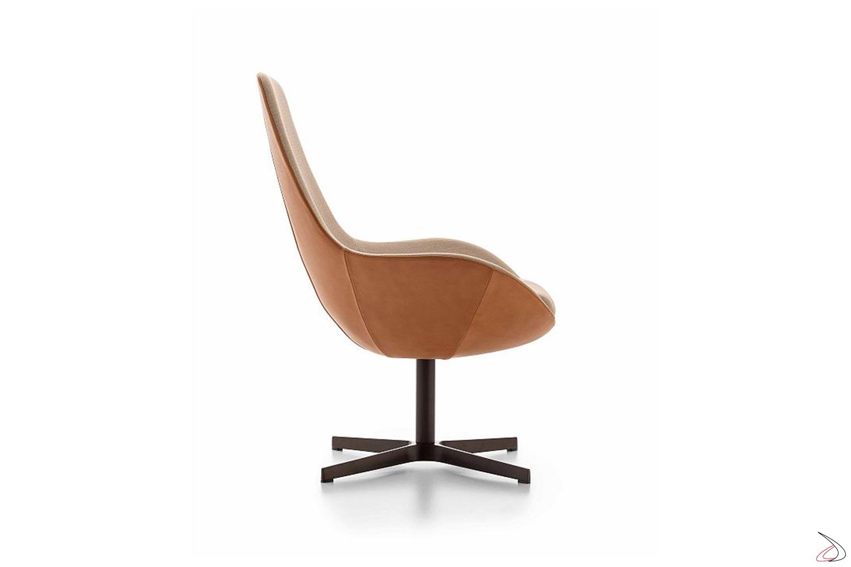Poltrona girevole imbottita con schienale alto inclinato e seduta larga
