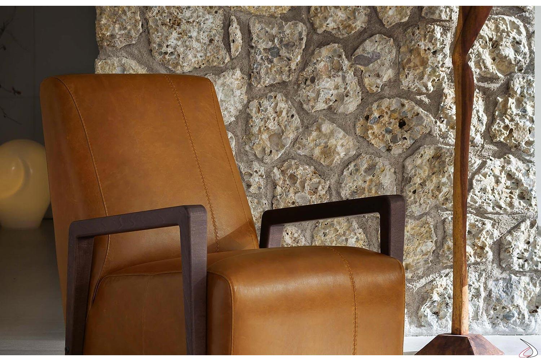 Poltrona da salotto in pelle con schienale alto e braccioli in legno eucalipto