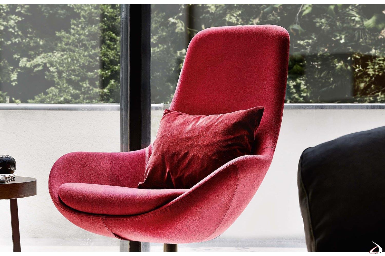 Poltrona rossa in tessuto da salotto con schienale alto e seduta larga