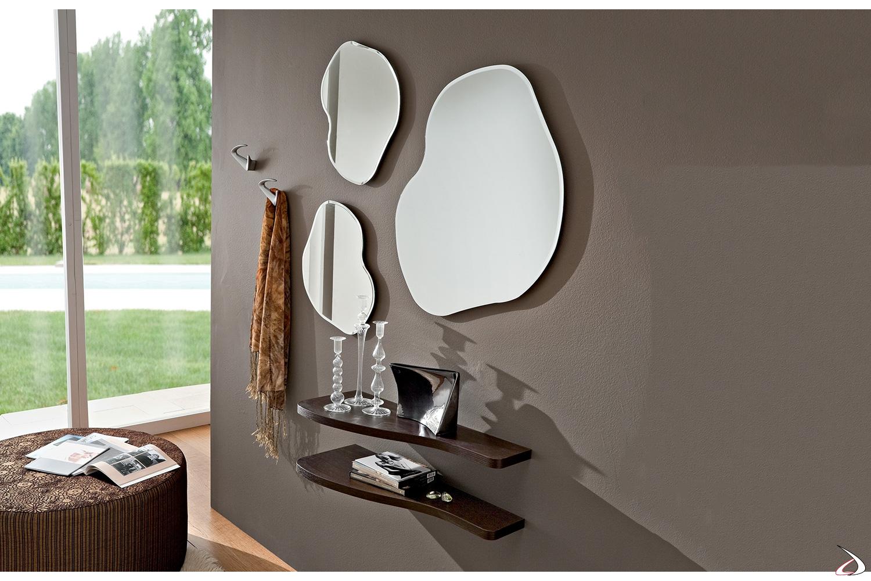 Specchi moderni con mensole sagomate e appendiabiti