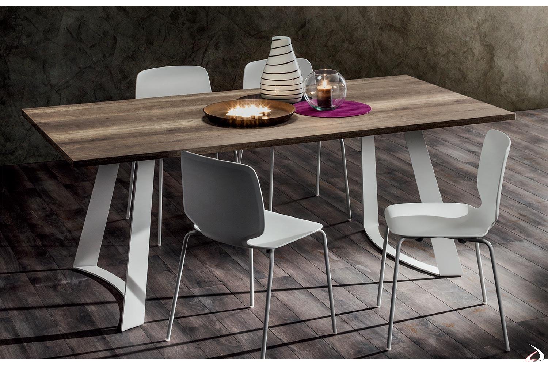 Tavolo contemporaneo dalla linea originale e moderna