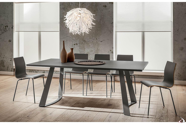 Tavolo fisso con piano in fenix grigio e gambe in metallo verniciato