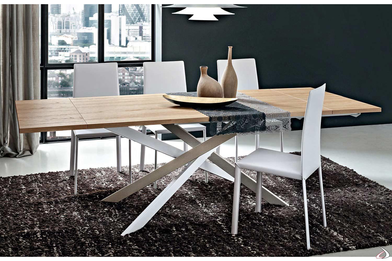 Tavolo  con piano impiallacciato rovere e basamento intrecciato