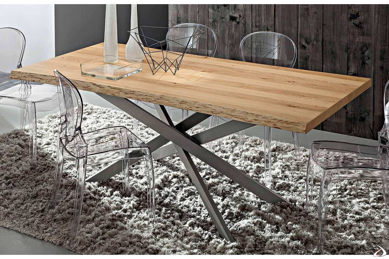 Tavolo con basamento in metallo verniciato grigio e piano scortecciato