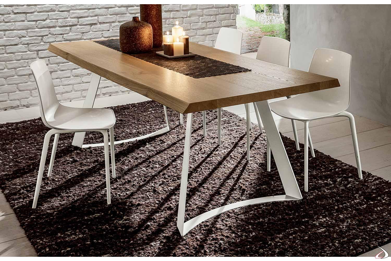 Tavolo con piano in legno rovere scortecciato e gambe in metallo bianco