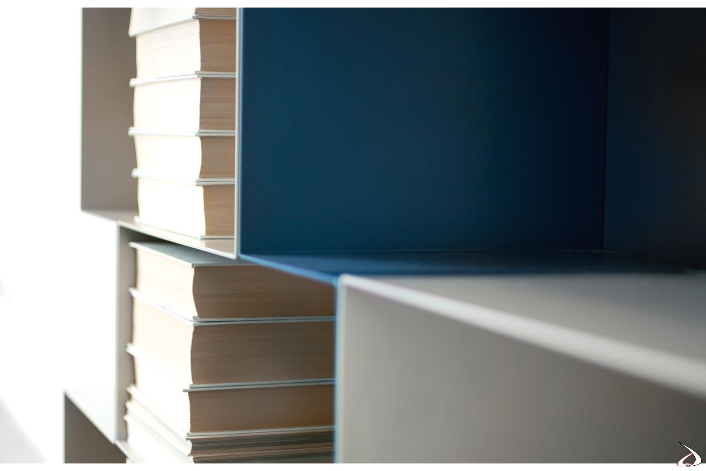 Libreria di design in metallo curvato