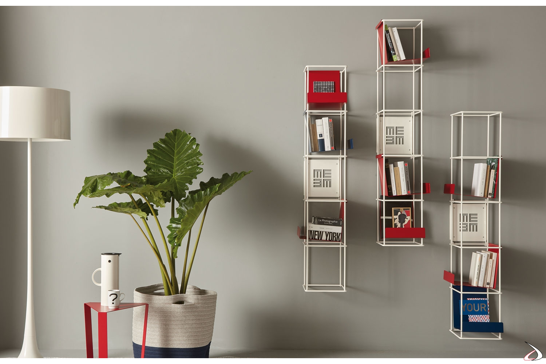 Libreria in metallo a parete con mensole