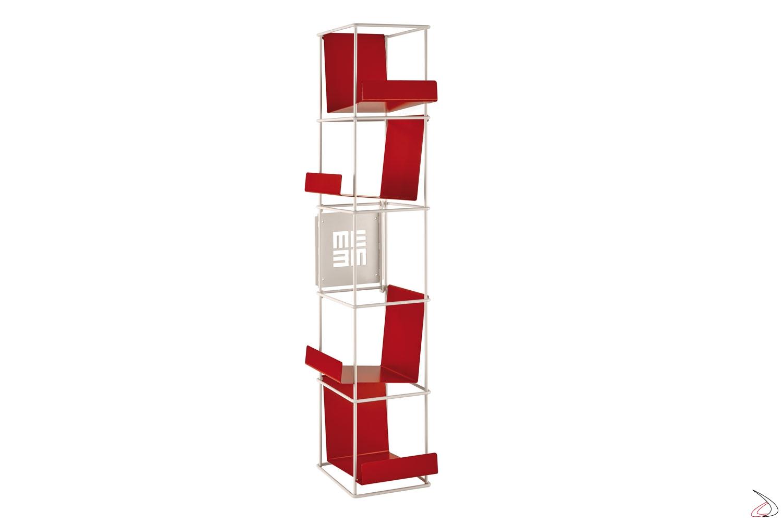 Libreria verticale sospesa con mensole inclinate