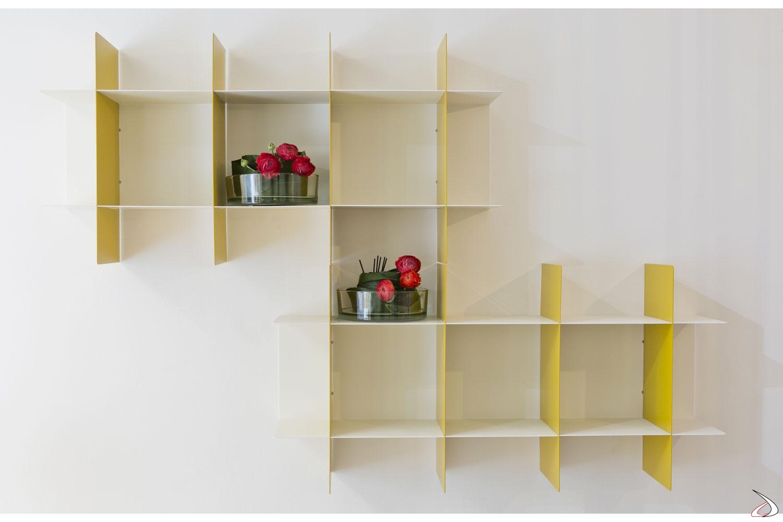 Libreria modulare in metallo colorato a parete