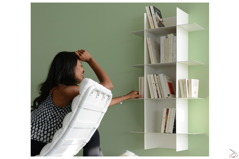Libreria verticale appesa a muro con ripiani