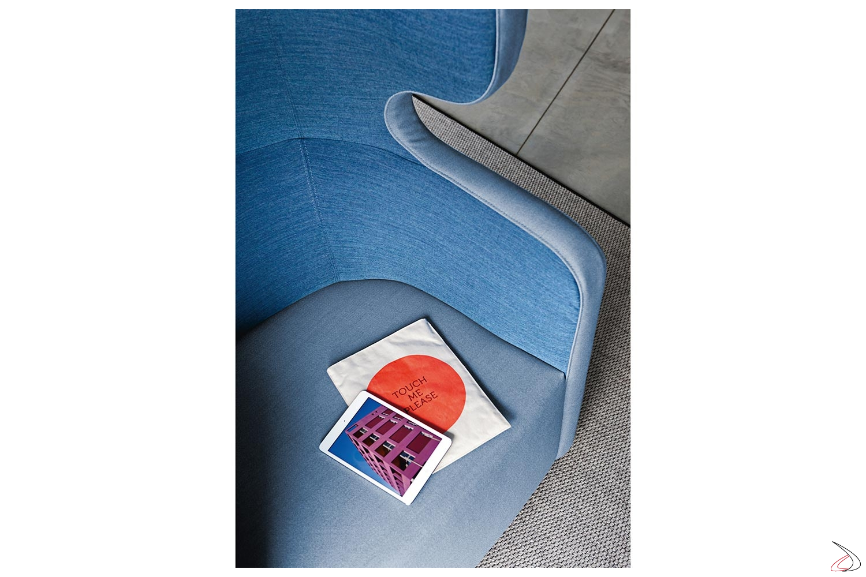 Poltrona design comoda bicolore con schienale alto insonorizzato per privacy