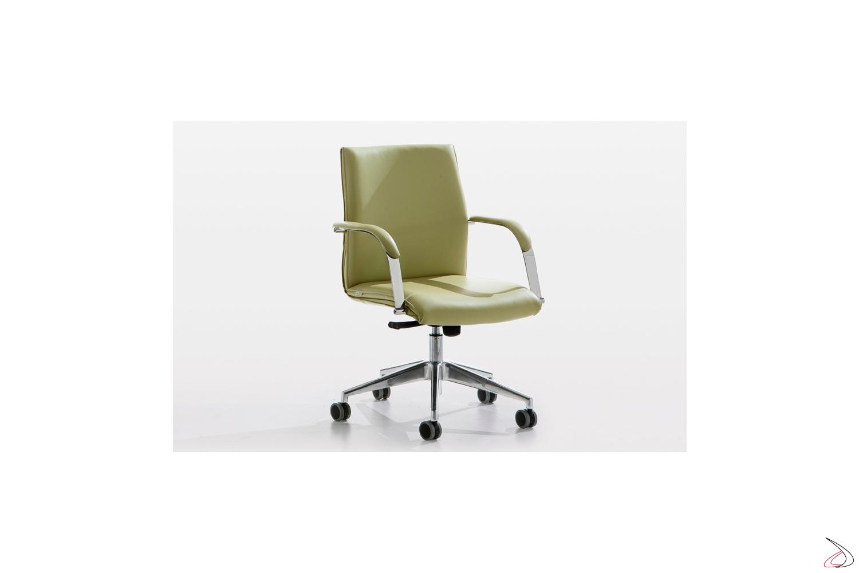Sedia direzionale in pelle verde con braccioli