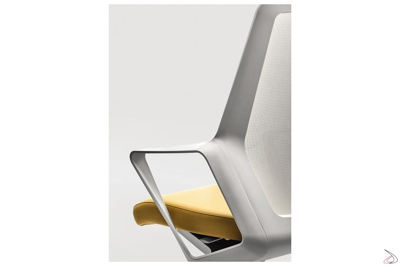 Sedia moderna da ufficio bianca con braccioli fissi e schienale in rete