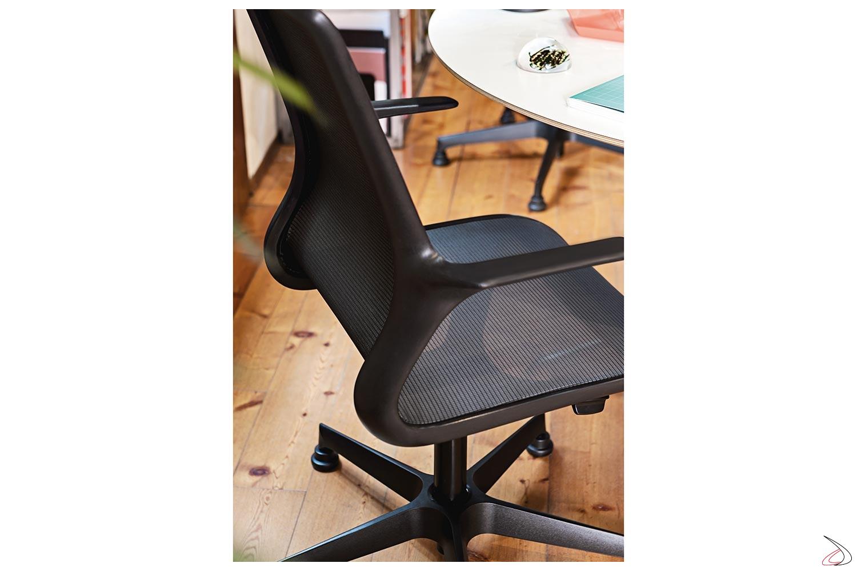 Poltrona di design da ufficio con braccioli e schienale in rete nera