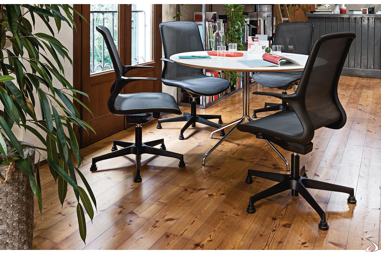 Poltrona per sala riunioni di design ergonomica con piedini fissi