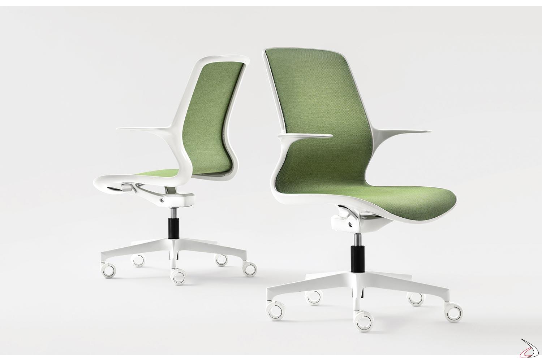 Poltrona ufficio di design bianca con braccioli incorporati e ruote