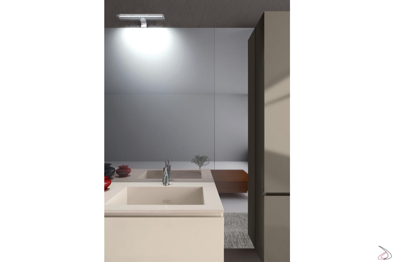 Bagno moderno completo di specchiera e lampada a led