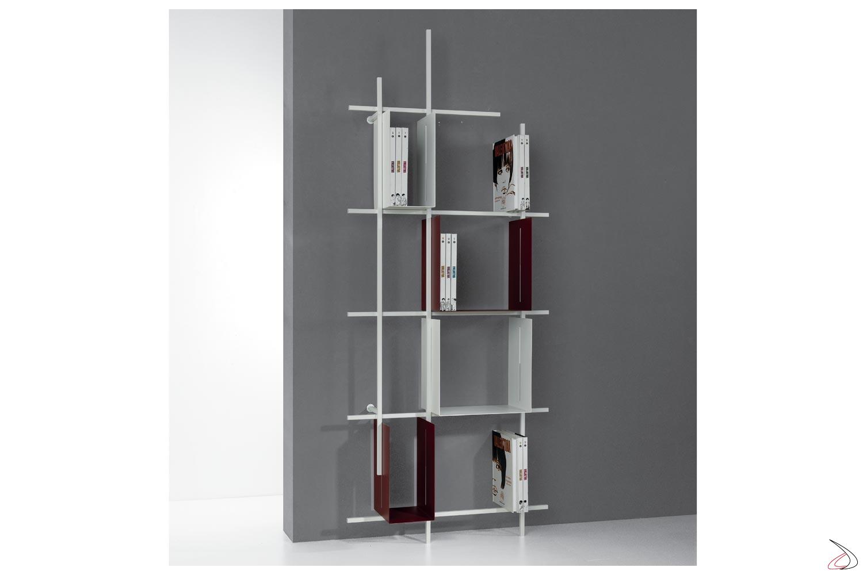 Libreria alta di design appoggiata a terra in tubolare d'acciaio