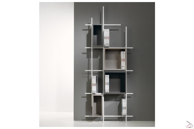 Libreria moderna verticale bianca con cubi contenitori