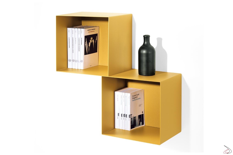 Pensile libreria a cubi di design in metallo colorato oro