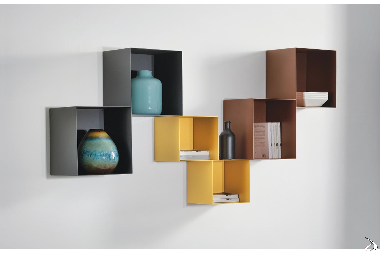 Libreria componibile sospesa a parete composta da cubi colorati