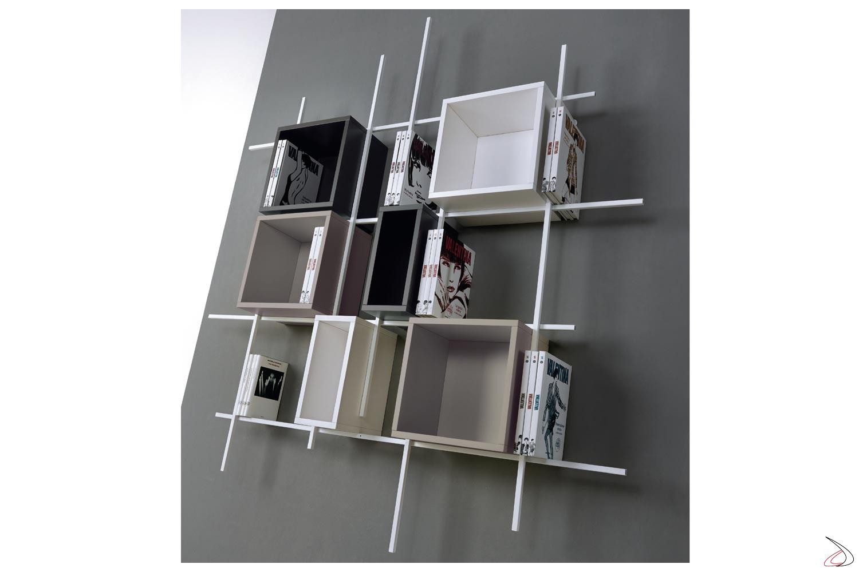 Libreria tubolare di design colorata con cubi contenitori