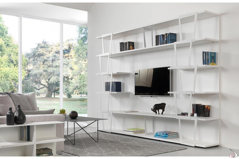 Libreria bianca a moduli con ripiani ed elementi decorativi in acciaio