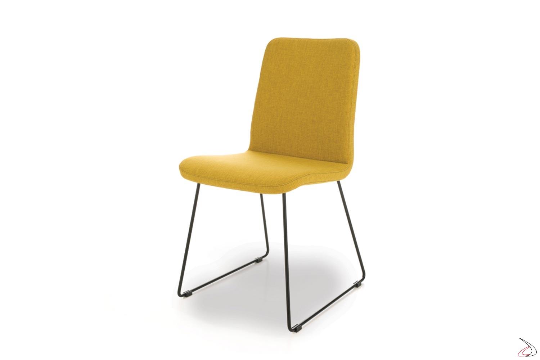 Sedia confortevole moderna su slitta in acciaio e seduta imbottita