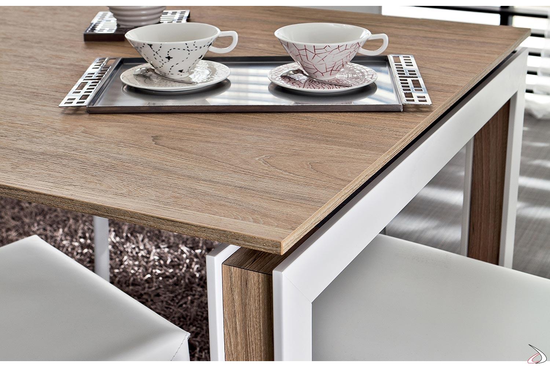 Tavolo moderno da pranzo allungabile con inserto decorativo nelle gambe
